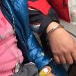 Cina, troppa folla in stazione: padre ansioso mette le manette alla figlia FOTO 2