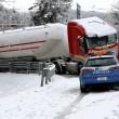 Maltempo Basilicata: autocisterna sbanda per neve a Potenza02
