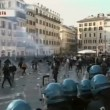 VIDEO Youtube: ultras Feyenoord a Roma occupano piazza di Spagna, nuovi scontri polizia 03