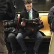 Ragazzi sexy che leggono in metro: FOTO spopolano su Instagram