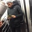 Ragazzi sexy che leggono in metro: FOTO spopolano su Instagram 11
