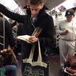 Ragazzi sexy che leggono in metro: FOTO spopolano su Instagram 14