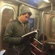 Ragazzi sexy che leggono in metro: FOTO spopolano su Instagram 2