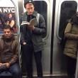 Ragazzi sexy che leggono in metro: FOTO spopolano su Instagram 3