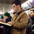 Ragazzi sexy che leggono in metro: FOTO spopolano su Instagram 5