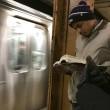 Ragazzi sexy che leggono in metro: FOTO spopolano su Instagram 8