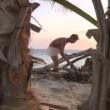 Rocco Siffredi nudo a Playa Desnuda alle prese con i tronchi FOTO (5)