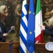 Una cravatta: il regalo di Renzi a Tsipras (LaPresse)