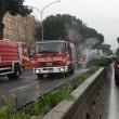 Roma, ambulanza si scontra con auto e va a fuoco nel traffico: un ferito 01