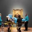 Ultimo desiderio di malata: vedere Rembrandt. Portata al museo in barella FOTO