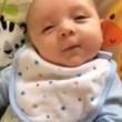 """neonato di sole 7 settimane dice """"ciao"""". E' la sua prima parola"""