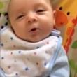 """neonato di sole 7 settimane dice """"ciao"""". E' la sua prima parola03"""