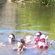 Foto di famiglia nel fiume: spunta il fantasma di una ragazzina annegata
