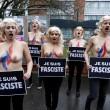 """Femen a seno nudo cotnro Marine Le Pen: """"Je suis fasciste"""" FOTO 2"""