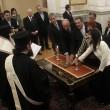 Giuramento del governo Tsipras: i cinque membri di Anel-Greci Indipendenti, giurano davanti ai capi della Chiesa Ortodossa (LaPresse)