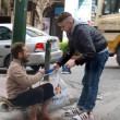 Atene, ragazzo regala scarpe nuove a clochard FOTO di Iraklis Pnevmatikakis