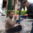 Atene, ragazzo regala scarpe nuove a clochard FOTO di Iraklis Pnevmatikakis2