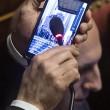 Nicola Morra (M5s) fa ascoltare Papa in Aula, poi si tappa naso con molletta07