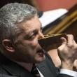 Nicola Morra (M5s) fa ascoltare Papa in Aula, poi si tappa naso con molletta02