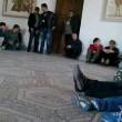I visitatori presi in ostaggio al museo Bardo (foto Twitter)