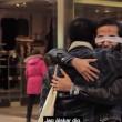 """VIDEO YouTube: """"Sono musulmano: abbracciami"""". Esperimento sociale in strada a Stoccolma3"""