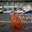 Napoli, impalcatura crolla su auto in sosta in via Cesario Console FOTO3