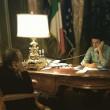 Matteo Renzi con il ministro Padoan al telefono con Alexis Tsipras