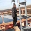 VIDEO YouTube: si arrampica su ponte e tocca cavo da 30mila volt, 14enne muore folgorato