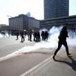 Milano, studenti in corteo lanciano uova e vernice contro polizia VIDEO-FOTO