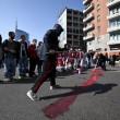 Milano, studenti in corteo lanciano uova e vernice contro polizia VIDEO-FOTO 2