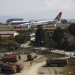 VIDEO YouTube, aereo Turkish Airlines finisce fuori pista a Kathmandu 17