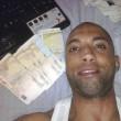 Spacciava cocaina e postava foto disteso su letto di banconote: arrestato 01