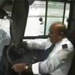 Londra, bus finisce contro auto ferma: tre feriti, sei mezzi coinvolti02