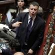 """Camera. Sel lancia crisantemi, M5s e Brunetta urlano: """"Fascisti5"""