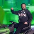 Maurizio Crozza-Matteo Salvini sulla ruspa per spianare i campi rom VIDEO