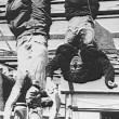 """25 aprile. """"Piazzale Loreto, Mussolini-Petacci appesi per sottrarli alla folla"""""""