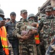 Nepal, neonato estratto vivo dalle macerie 82 ore dopo il terremoto FOTO 2