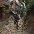 Soldati nepalesi tra le macerie