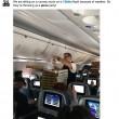 Usa, aereo fermo in pista per maltempo: capitano ordina pizza per i passeggeri02