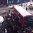 Londra, decine di passanti sollevano bus che schiaccia ciclista03