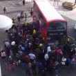 Londra, decine di passanti sollevano bus che schiaccia ciclista04