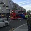 Londra, decine di passanti sollevano bus che schiaccia ciclista02