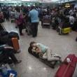 Fiumicino, incendio aeroporto: passeggeri dormono a terra