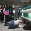 Fiumicino, incendio aeroporto: passeggeri dormono a terra02