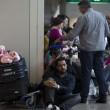 Fiumicino, incendio aeroporto: passeggeri dormono a terra04