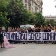 Matteo Salvini a Foggia, manifestanti lanciano fumogeni: polizia carica FOTO3