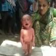 India, neonato con la febbre costretto a camminare dalla stregona02