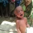 India, neonato con la febbre costretto a camminare dalla stregona05