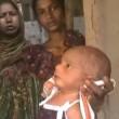 India, neonato con la febbre costretto a camminare dalla stregona04