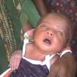 India, neonato con la febbre costretto a camminare dalla stregona03